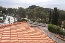 panoramica dal terrazzo, parcheggio sottostante e vista verso la Corsica