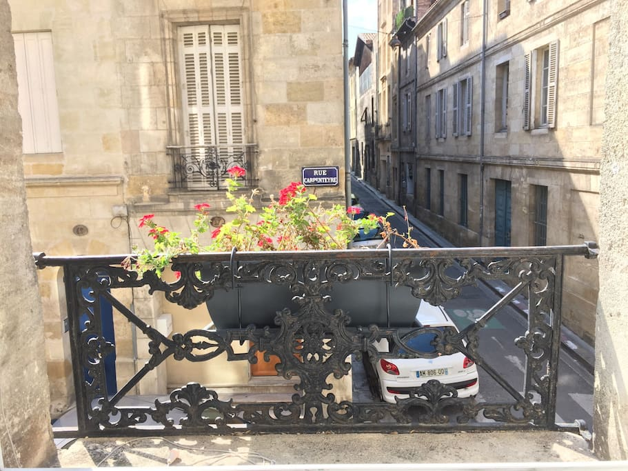 Le studio est situé  au  coeur du quartier St Michel,  dans un immeuble en pierre. L'arrêt du tram est situé à 50 m