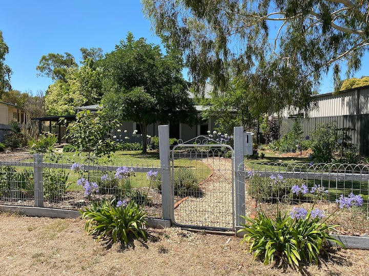 Amazing Echuca location with bush backyard!