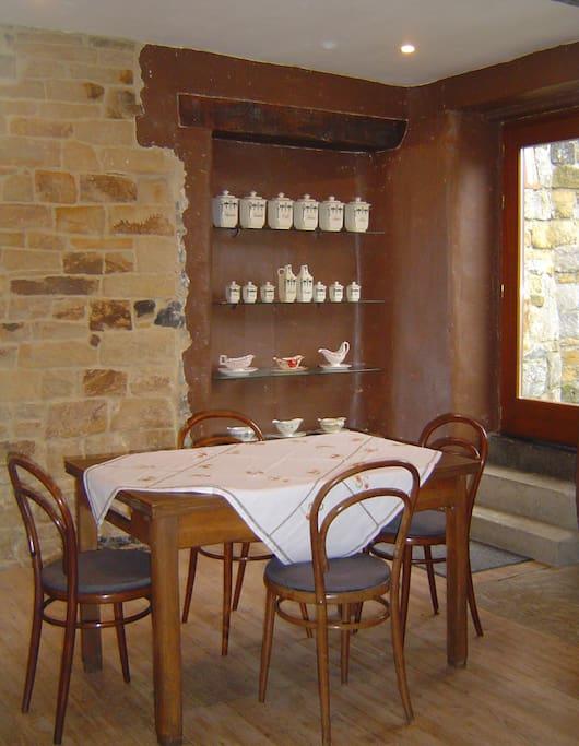 Salle à manger avec accès direct à la terrasse et au jardin