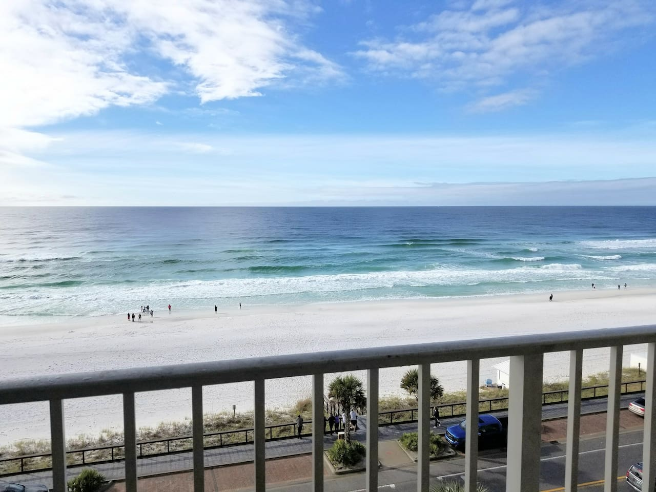 A gulf front condo with nice ocean view and easy access to the beach.