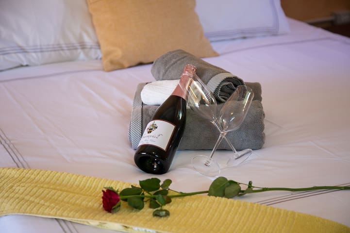 Room 1 - Enjoy crisp fresh linen and relax on a comfy bed