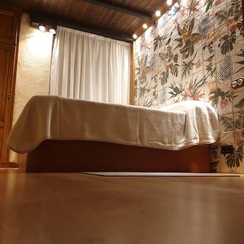 Dormitorio decoración rustica ( madera y ceramica) Cama de 150 x 190 Smart tv
