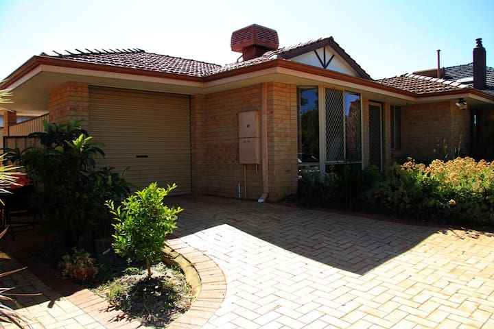 Miller Avenue, Close to the Airport. - Redcliffe - Villa