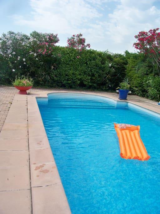 Chambre pour deux avec petit d jeuner bed and for Chateauneuf de gadagne piscine