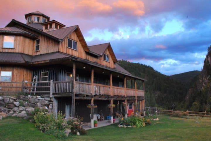 Carlson Canyon Ranch (Silver Crown Mountain Room)