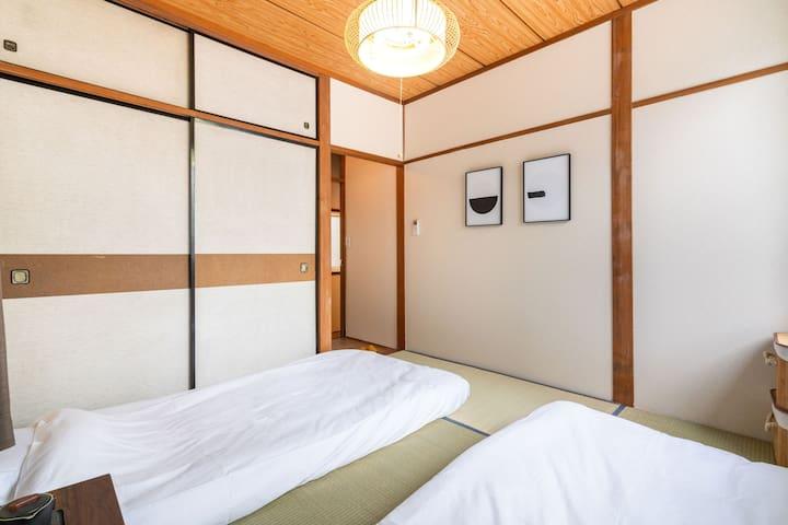 二楼小卧室【IV焦】2张单人床,含独立洗手台 bedroom on the 2nd floor,2 single bed , with independent handwashing basin