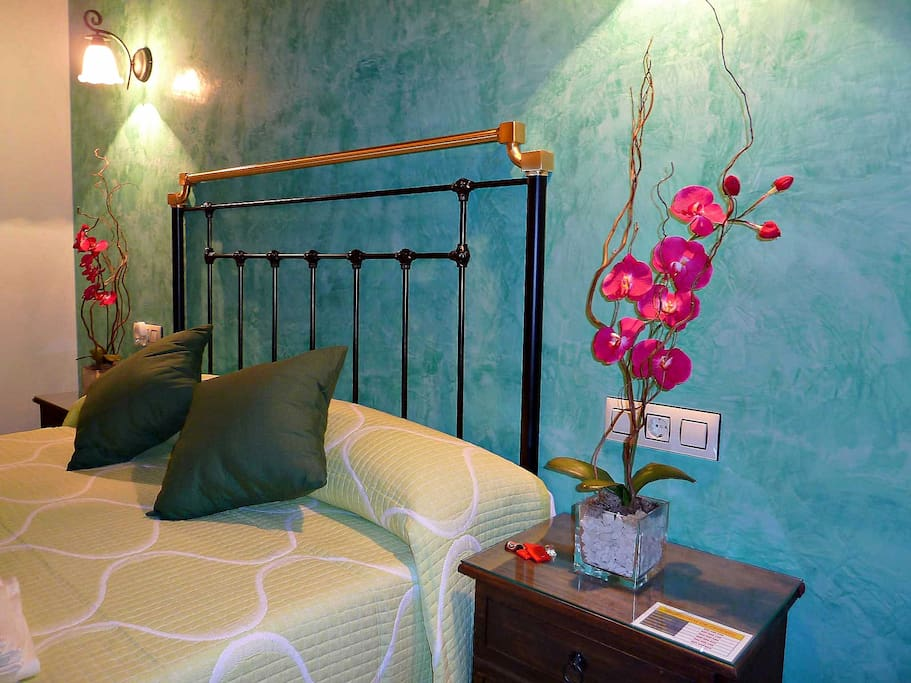 Detalle cabecero forja dormitorio verde