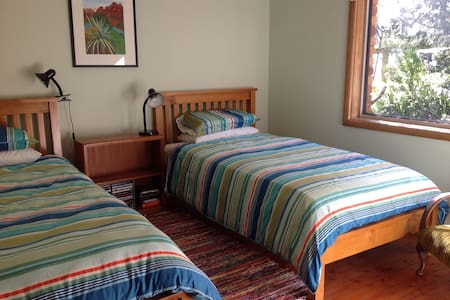 Twin room in comfortable rural home - Galston - House