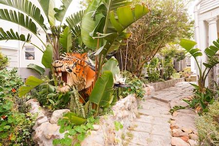 Artist's Hideaway ~ Next to Olympia in Kalk Bay - Ciudad del Cabo