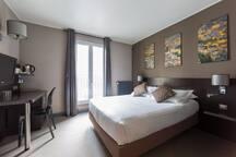 Chambre très confortable avec une literie très récente, climatisation, coffre fort, wifi gratuit, chambre non fumeur, room service.