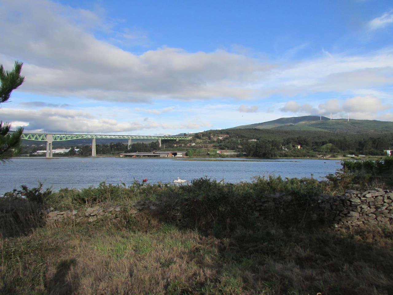 Finca de 1500 m2 con vista al río Ulla, a pocos metros de las Torres do Oeste. Zona ideal para un paseo en piragua