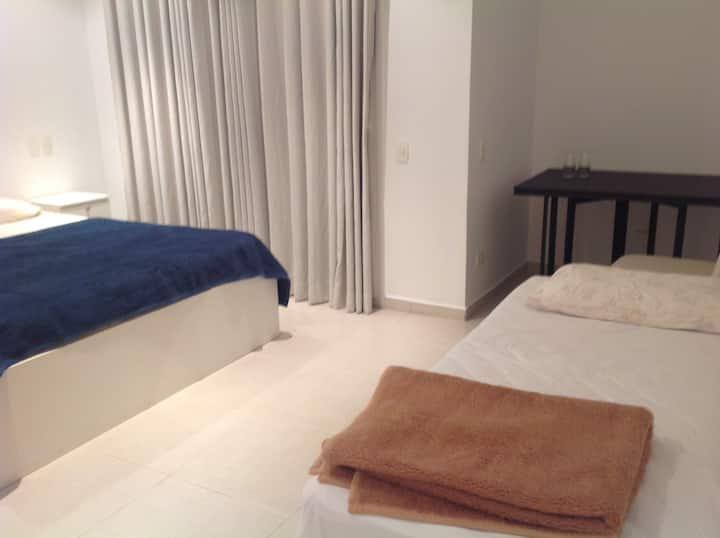 Suite aconchegante com cama queen e solteiro