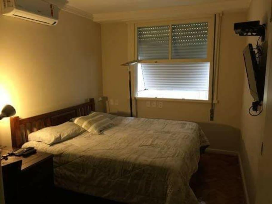 Quarto suíte com cama extra king, televisão, ar condicionado e armários
