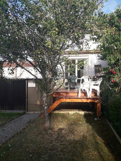 Notre terrasse et notre petit jardin.