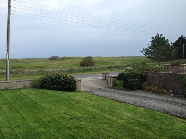 Dbl room overlooking Golf Links! - Bettystown - House