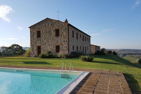 Podere Erba : appartamento con piscina in Toscana