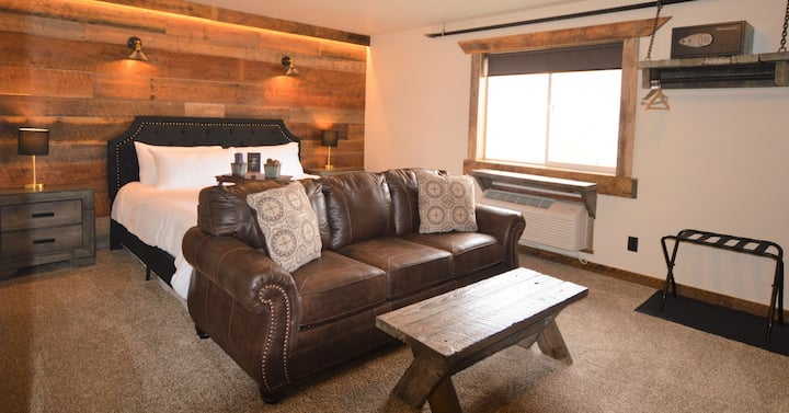 The Absaroka King Suite