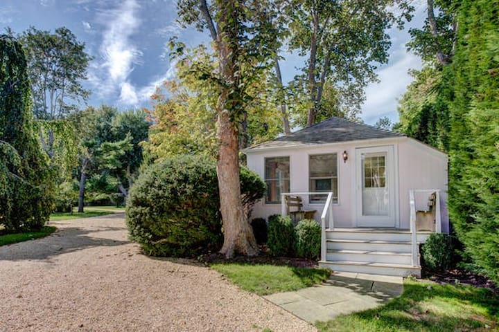 Private little cottage on very secluded property - East Hampton - Gjestehus