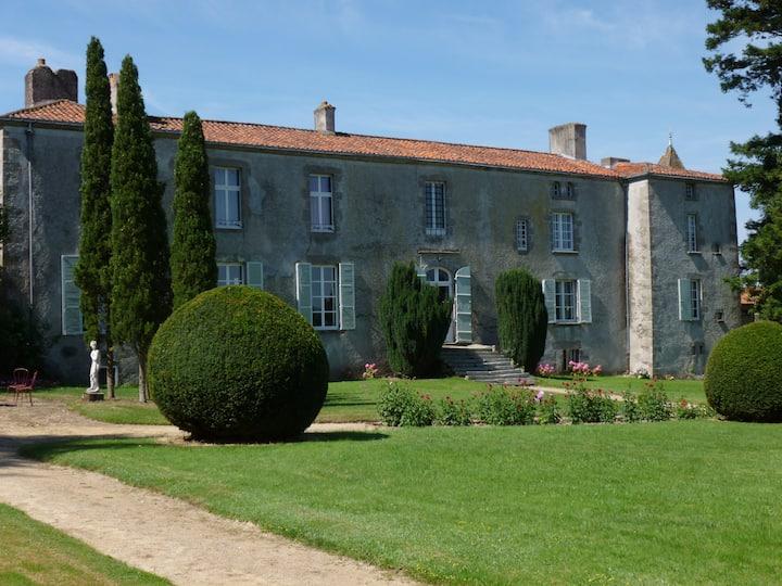 1. Logis du Sourdy XVII° siècle 12 km Puy du Fou