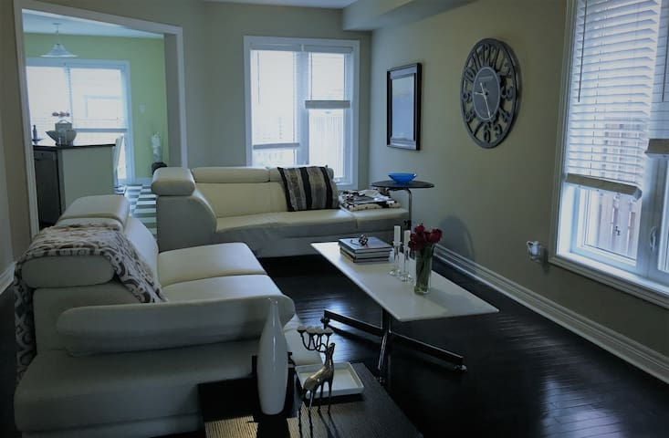 Stylish and welcoming home for up to 3 in Niagara