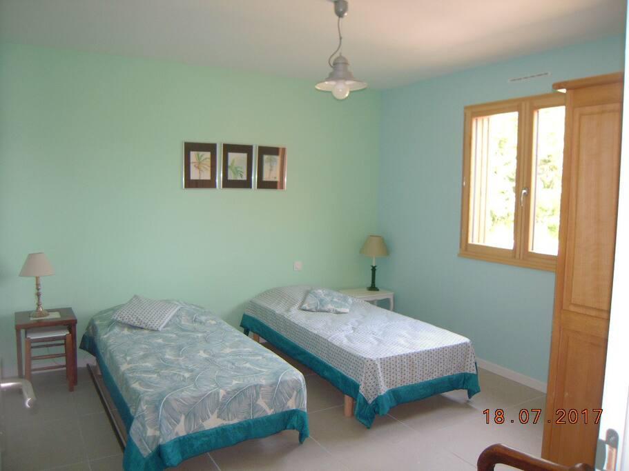chambre avec deux lits une place pouvant être rapprochés