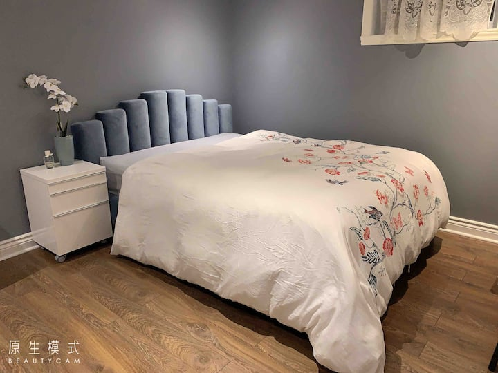 Nice cozy room 15 minutes from Downtown.