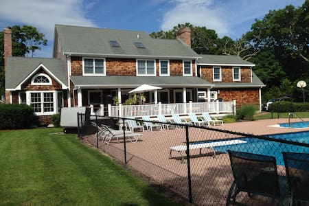 Hamptons -walk to town 5 bedroom with pool & hotub - East Quogue - Casa