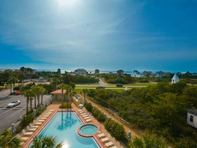 Gulf front condo, great views, close to restaurants
