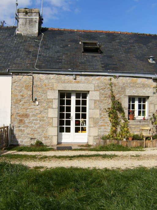 Petite maison en pierre avec jardin houses for rent in for Maison pont l abbe