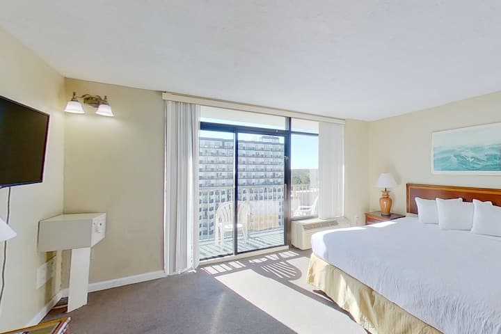 12th Floor Ocean View Snowbird Friendly Studio w/ Shared Pool/Hot Tub, WiFi, AC