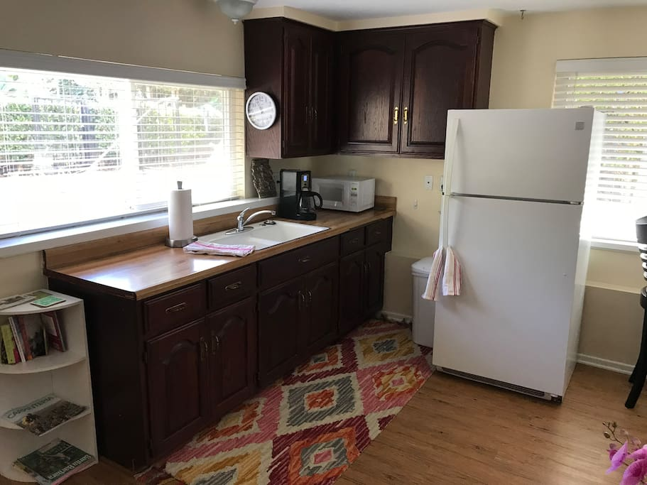 Kitchenette, with full size frig, microwave, coffee maker, induction hot plate, large toaster oven and the basic plates, cups etc to be able to eat in to save yourself some money.