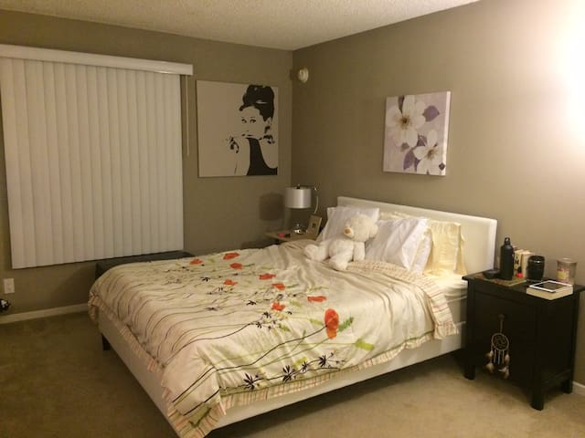 Master Bedroom in Gated Community - Santa Ana - Daire