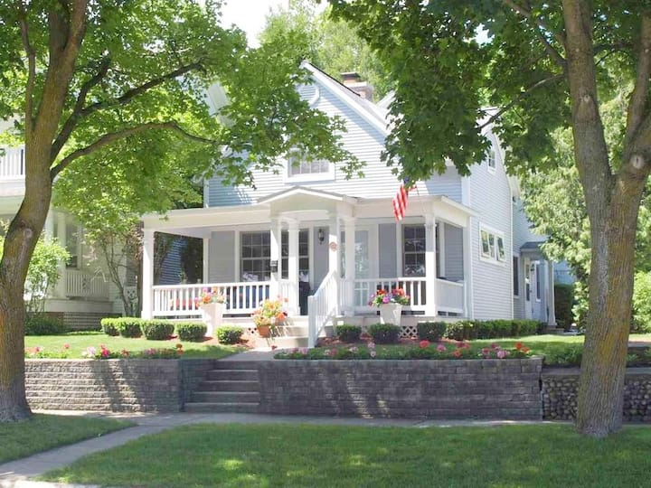 The Full Sail Cottage ~ downtown Harbor Springs