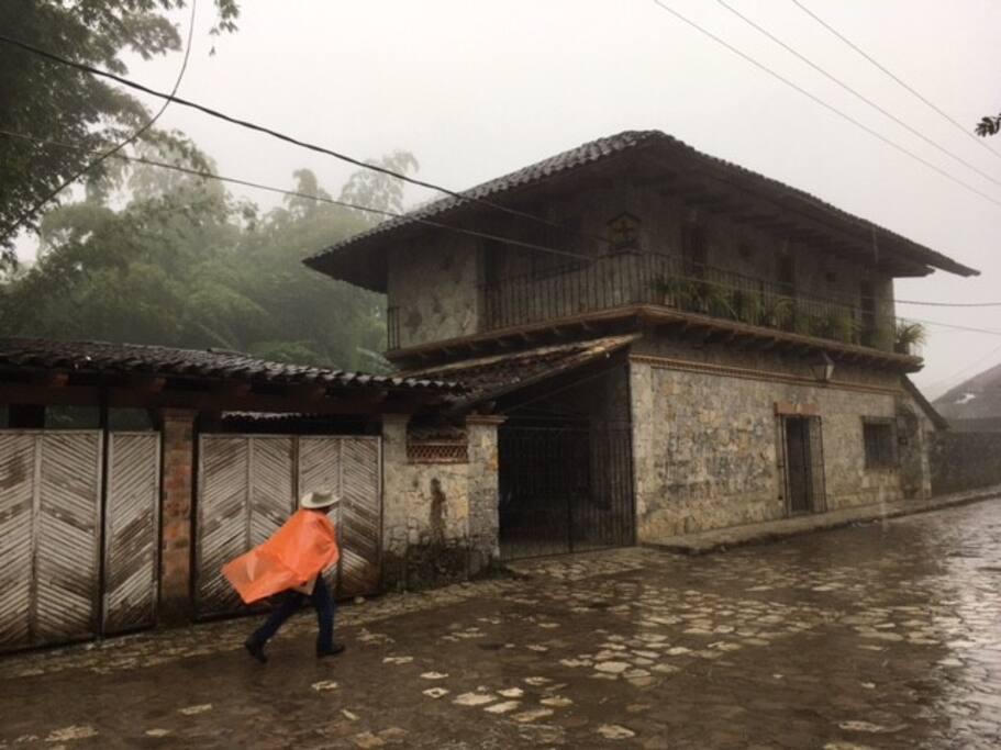 La Casa de los Bambús en la neblina invernal