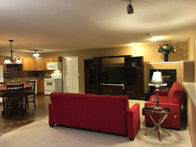 Spacious lower level with beauitful sunset view - Shakopee - House