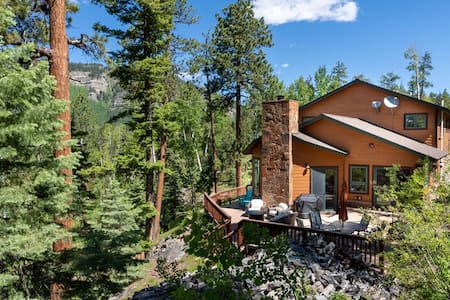 Custom Home with HOT TUB! Amazing Mountain Views, 3 miles to Skiing!