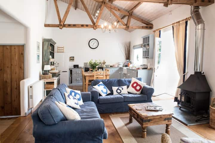 Burrows - Superb detached Grade II listed barn with private hot  tub, close to country and coast.