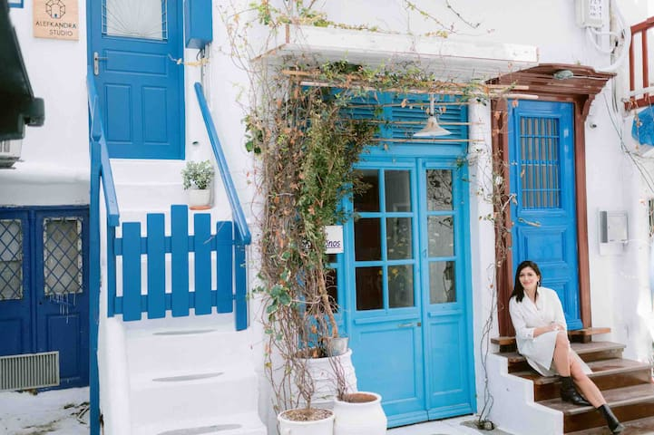 #neighborhood #exterior #little_venice_alley #traditional_cycladic_house