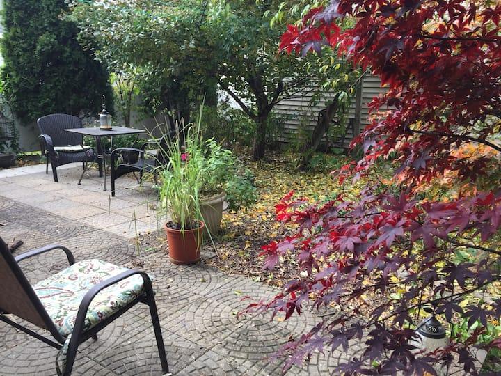 Cozy Urban Garden Suite