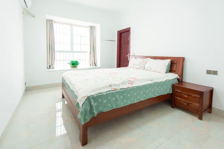卧室二: 房间宽敞明亮,座在窗台上看到山景和街景,独立卫生间,胡桃木1.8米宽的大床,舒适的床垫,让你感到在家一样的舒服。