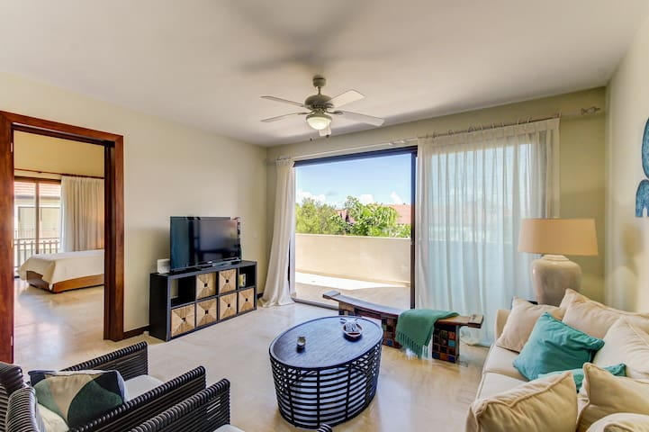 Relaxing condo great for families w/ outdoor jetted tub - steps from the beach!