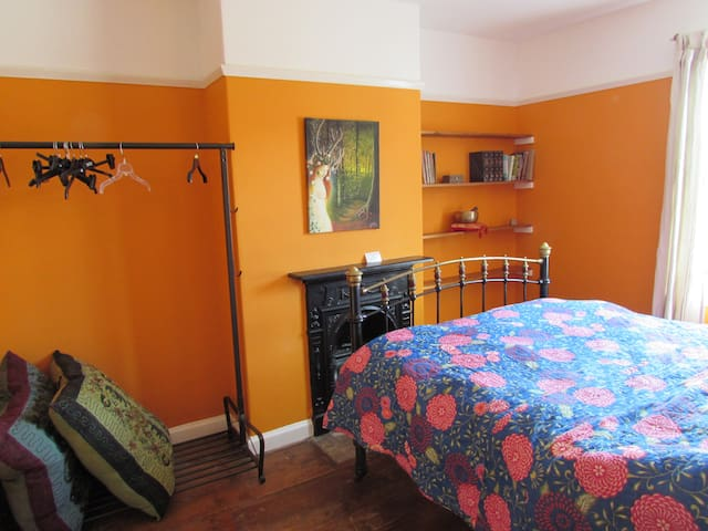 Lovely room (for 1) in the heart of Glastonbury - Glastonbury - House