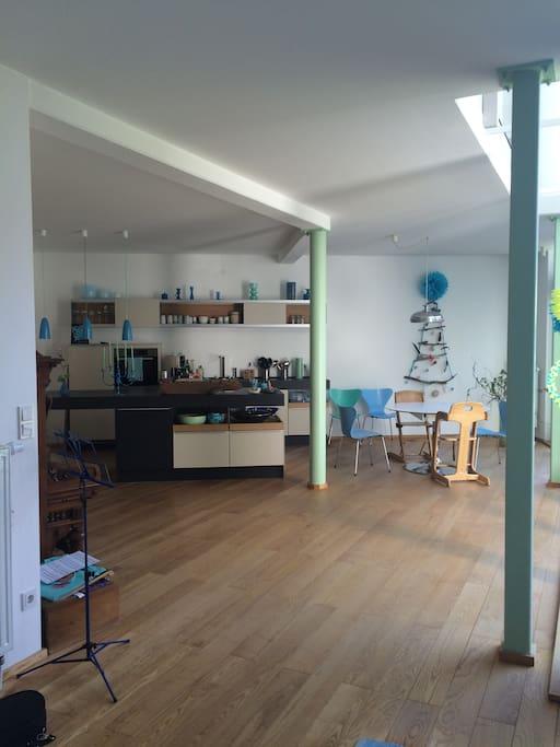 Großzügiger Küchen- und Essbereich - Spacious Kitchen and Dining Place - Cuisine et Salle à Manger Ouverte