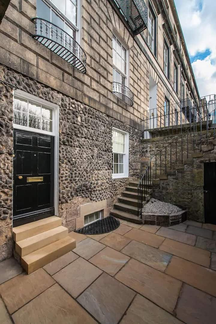 A truly unique large Georgian spacious apartment in the heart of Edinburgh