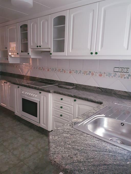cocina completamente equipada,horno ,vitrocerámica lavadora y nevera