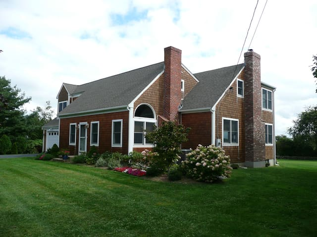 Peaceful setting, renovated home with ocean views - Middletown - Hus