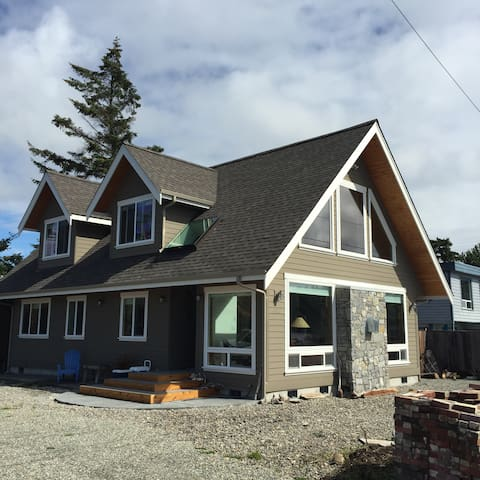 """WITS END"" Lummi Island Waterfront Home"