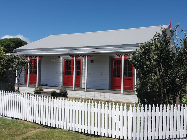 Bed and Breakfast Cottage at the beach - Waikanae - Bed & Breakfast