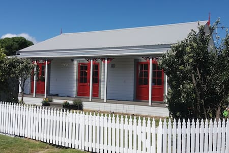 Bed and Breakfast Cottage at the beach - Waikanae